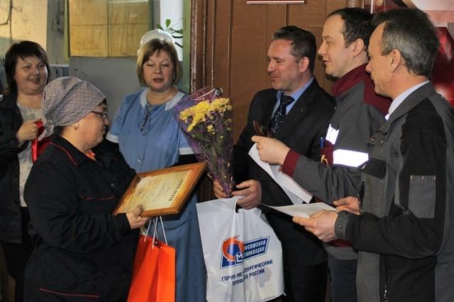 Заместитель председателя профкома завода Андрей Лапин поздравляет Рамзию Жернакову с победой.