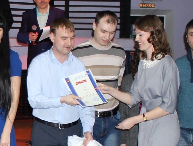 Капитан команды «Гвоздь» Дмитрий Постников (1 место в профсоюзном квесте) и предcедатель комиссии конкурса Екатерина Мустяцы.