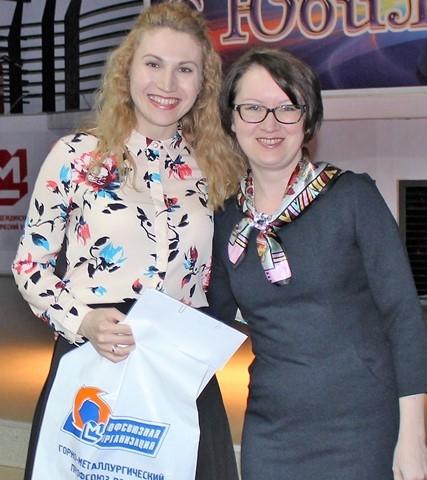 Победительница викторины Екатерина Серова с председателем жюри викторины Еленой Варюхиной.