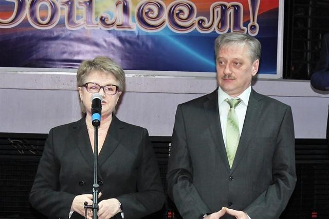 Председатель профсоюзного комитета завода Вера Тилькун и директор по персоналу Евгений Логинов.