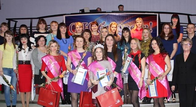 Участницы и победительницы конкурса «Мисс профсоюз» с председателем профкома завода Верой Тилькун и организаторами конкурса.
