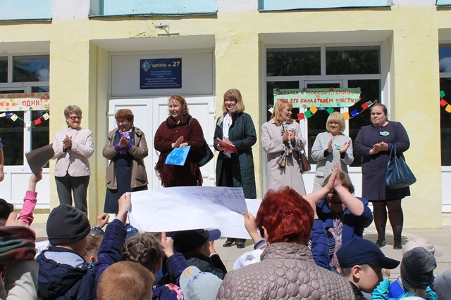 Лидеры профорганизаций города приветствуют детей.