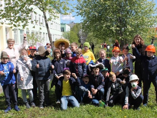 Ребята с представителями Надеждинского металлургического завода.