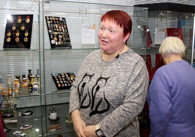 Людмила Макаренко со своей коллекцией миниатюрных вазочек.