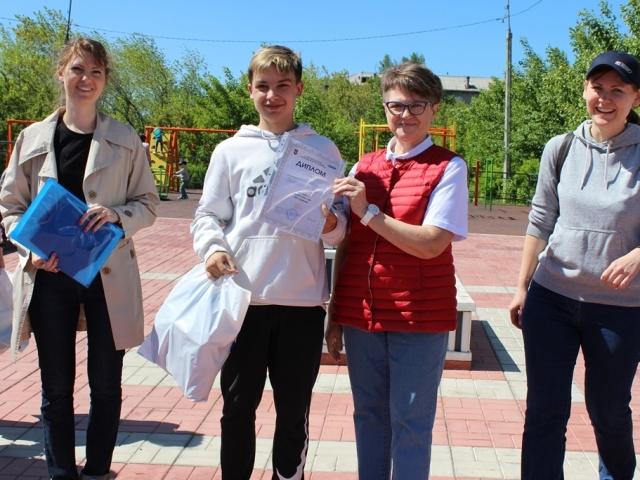 Председатель профкома Вера Тилькун награждает победителей игры.1 место - «Фантастическая семерка»