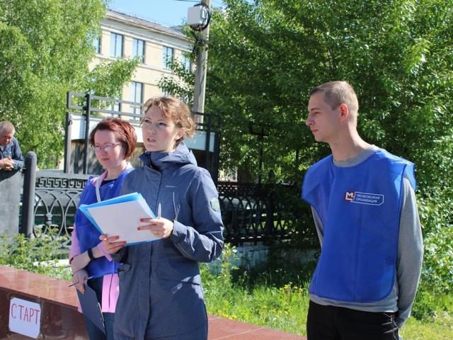 Специалист профкома Екатерина Мустяцы объясняет правила игры.