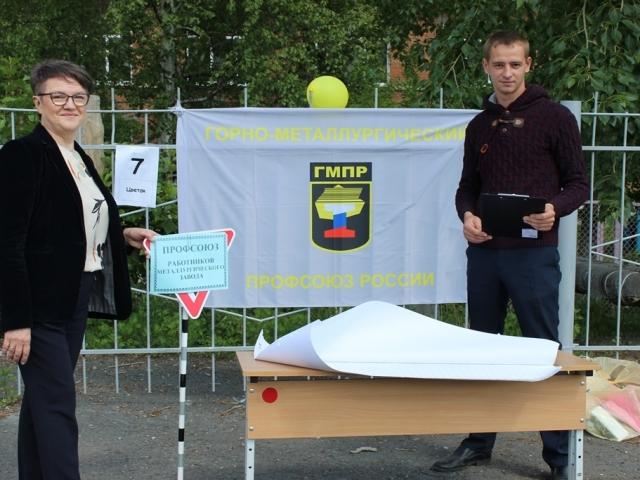 Председатель профорганизации метзавода Вера Тилькун и председатель комиссии по работе с молодежью Алексей Дубограй.