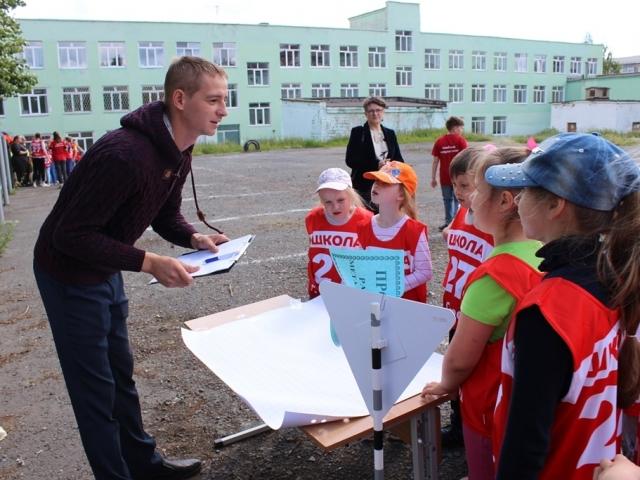 Алексей Дубограй предлагает ребятам выполнить задание.